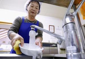 北海道厚真町の介護施設「ほんごう」で食器を洗う調理スタッフ=21日