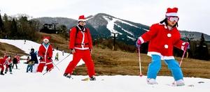 サンタクロースの衣装を着て滑りを楽しむスキー客=12月22日、福井県勝山市のスキージャム勝山