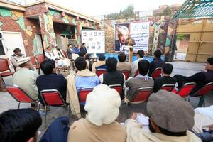 4日、アフガニスタン・ジャララバードで開かれた中村哲さんを追悼する集会に集まった人々(共同)