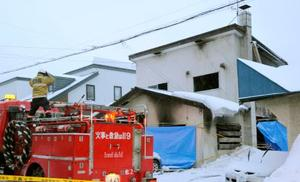 火災があった住宅=1日午前6時37分、北海道小樽市