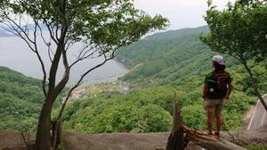 古道からリアス式海岸の若狭湾を望む。どんなことを考えながら先人はこの古道を行き交っていたのでしょうか