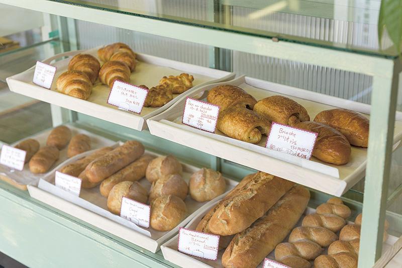 古いショーケースにパンを並べて対面販売するスタイルで気分はフランス。