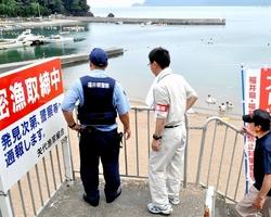 貝採取を全面禁止にして2年目の夏を迎えた矢代海岸で、密漁防止のパトロールをする関係者=12日、福井県小浜市矢代