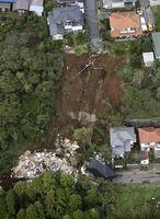 記録的な大雨の影響で発生した、千葉市緑区誉田町の土砂崩れ現場=10月26日午前9時21分(共同通信社ヘリから)