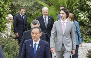 G7サミットの関連レセプションに臨む菅首相(手前)、カナダのトルドー首相(右手前)、バイデン米大統領(奥中央)ら。左端はエリザベス英女王=11日、英コーンウォール(ロイター=共同)