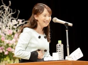 「笑顔でいることで人は輝く」と話すアグネス・チャンさん=12月1日、福井県福井市のフェニックス・プラザ