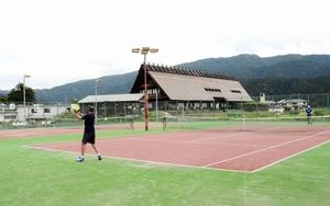 テニスコートの「ウインク」=2019年7月、福井県福井市市波町