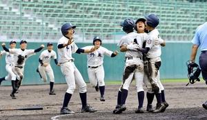 大野―丹生 来田宗純の2点適時打で逆転サヨナラ勝ちし、抱き合って喜ぶ丹生ナイン=福井県営球場