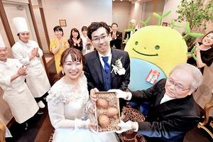 北村部会長(右)から香福茸を受け取る芝さん夫妻=19日、福井市渕4丁目の八雲迎賓館
