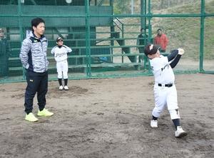 児童のバッティングを見つめる吉田正尚選手=9日、福井県敦賀市の敦賀気比高