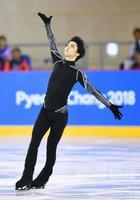 平昌冬季五輪フィギュアスケート男子の公式練習で、調整する羽生結弦=15日、韓国・江陵(共同)