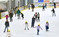スケート場、曇り続き増す人気