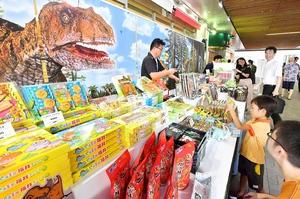 恐竜商品のPRをする「ふくいディノ・ステーション」=11日、福井市のプリズム福井自由通路