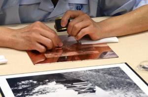 紙幣の原版作成作業を再現する国立印刷局の工芸官=17日、東京都北区