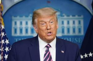 18日、米ホワイトハウスで記者会見するトランプ大統領=ワシントン(ロイター=共同)