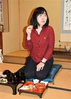 福井の報恩講料理を味わうチェンイーファー編集長=3月20日、福井市小路町の専徳寺