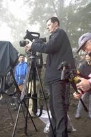 カメラを向け、天空の城の出現を待つエルムラン・フランソワさん=福井県大野市犬山