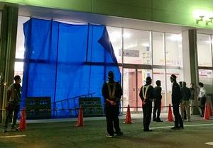 車が突っ込み壊れた量販店=10月25日午後7時55分ごろ、福井県大野市南新在家