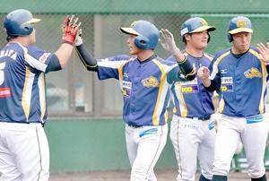 栃木ー福井 5回福井1死一、二塁、荒道(左から2人目)が3ランを放ち12ー0とする=小山運動公園野球場