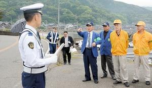 事故現場で防止策を話し合う参加者=10日、福井市大丹生町