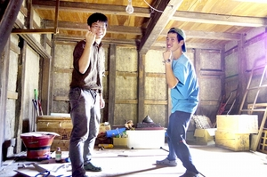 土蔵を「夢を語り合える場に」と改修を目指す中谷翔さん(左)と野村直樹さん=福井県南越前町今庄
