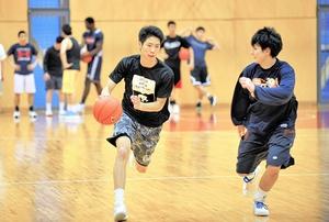 一戦必勝を誓い、練習に励む北陸メンバー=福井市の北陸高