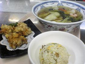 多彩なラーメンの数々。餃子、揚げ物、ご飯ものも充実