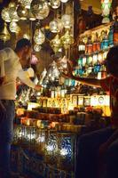 16日、エジプト・カイロで、電飾店にラマダン用のランタンを買いに来た人(共同)
