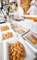 次々と生産される納豆=7月9日、福井県福井市西開発3丁目の小金屋食品