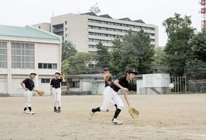 OBを含めて練習する少年ソフト「順化ドリームス」の児童。県都の中心にも限界集落化の波は来ている=9月、福井市の順化小グラウンド