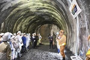 掘削が福井と岐阜の県境に到達し、トンネル最先端部の工事現場を見学する住民ら=6月4日、県境付近