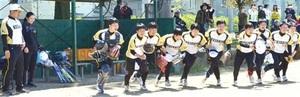 公式戦デビューを飾った啓新高女子ソフトボール部員。村上監督(左)と寺川コーチが1年生10人を率いる=4月20日、福井県鯖江市の御幸公園グラウンド