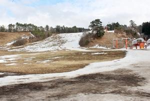雪不足で一時休業状態となっている雁が原スキー場=2月6日、福井県勝山市