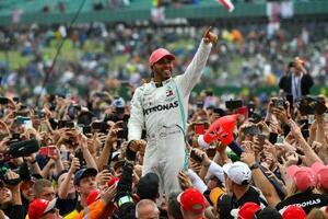 母国のイギリスGPで優勝し、喜ぶハミルトン(C)Mercedes