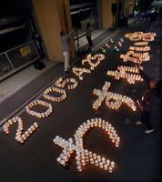 尼崎JR脱線事故の犠牲者の鎮魂と風化防止を願い、現場マンション前に浮かび上がった「2005・4・25 わすれない」の文字=24日夜、兵庫県尼崎市(代表撮影)