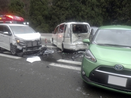 多重事故が起きた北陸自動車道下り線の現場=3月31日、福井県敦賀市刀根(福井県警提供)