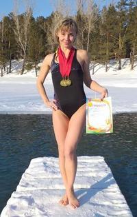 ロシア女性教師、水着姿不適切?