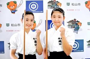 なぎなた少年女子演技で3位に入った瀧口麻衣(左)と織田千尋=1日、愛媛県松山市総合コミュニティーセンター体育館