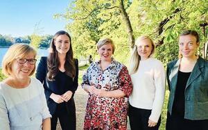 フィンランドのマリン首相(左から2人目)と閣僚。4人が30代(フィンランド大使館提供)