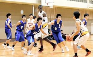 北陸の攻撃を抑える藤島の選手たち=3日、福井市の福井商業高