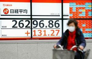 29年半ぶりの高値水準で、バブル経済崩壊後の最高値を更新した日経平均株価の終値を示すボード=25日午後、東京都中央区