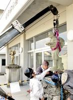 移設された一光小中(右)と常宮小の二宮金次郎像=11日、福井県坂井市の旧春江工高校舎