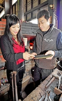 米ニューヨークで発表した越前打刃物を手に今後の展開について話す三木さん(左)と加藤さん=3月、福井県越前市のタケフナイフビレッジ