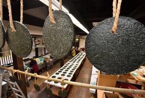次々と作られるばんこもち=1月27日、福井県池田町土合皿尾の「そばの郷 池田屋」