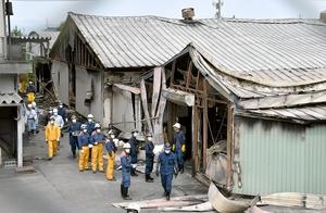 実況見分で第3工場(手前)に入る警察官と消防署員=6月21日、福井県永平寺町松岡石舟