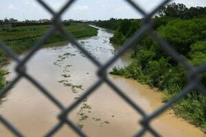 リオグランデ川の溺死した親子が見つかった現場付近=26日、メキシコ北東部タマウリパス州(ロイター=共同)