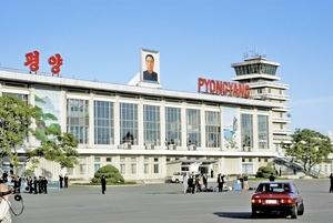 北朝鮮の平壌国際空港に掲げられた故金日成国家主席の肖像画。こうした肖像画が部屋ごとに飾られていたという=2004年5月