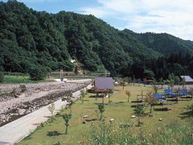石徹白川沿いのオートキャンプ場。川遊びが楽しめる
