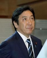首相官邸に入る菅原一秀経産相。この後、安倍首相に辞表を提出した=10月25日午前7時50分