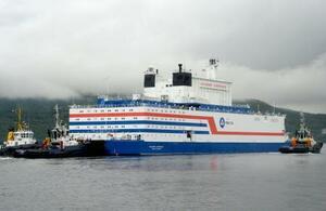 ロシア北部ムルマンスク港をタグボートにえい航されて出港する船舶型原発「アカデミク・ロモノソフ」=23日(共同)